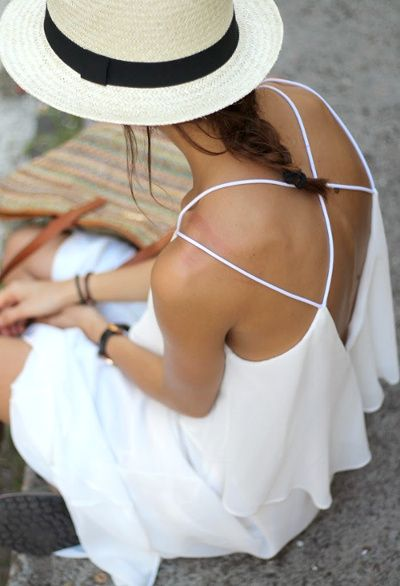 Robe blanche dos nu + chapeau en paille bordé de noir + accessoires carbone = le bon mix ! (robe Sheinside)