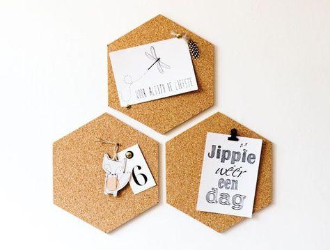 Maak je eigen prikbord met ons zelfklevend kurk. Het retro karakter van het kurk, gecombineerd met de trendy geometrische zeshoek zorg voor een echte blikvanger aan de wand. Wees creatief en verzin je eigen patroon!