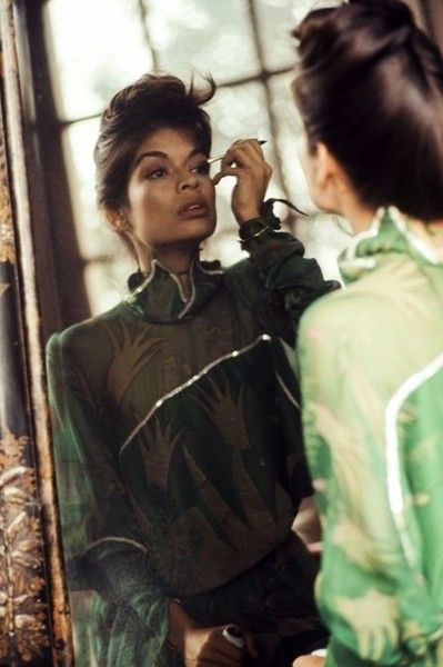 Putting on Her Makeup - Rare and Fabulous Photos of Bianca Jagger - Photos