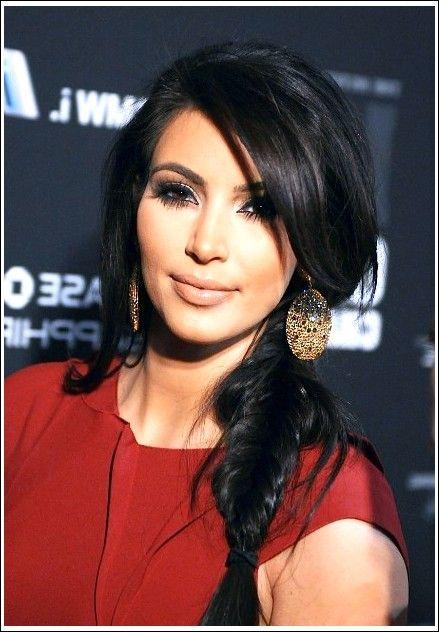 Kim Kardashian Zopf Fischschwanz Mit Pony Beste Frisuren Kim Kardashian Zopfe Zopfe Geflochtene Frisuren