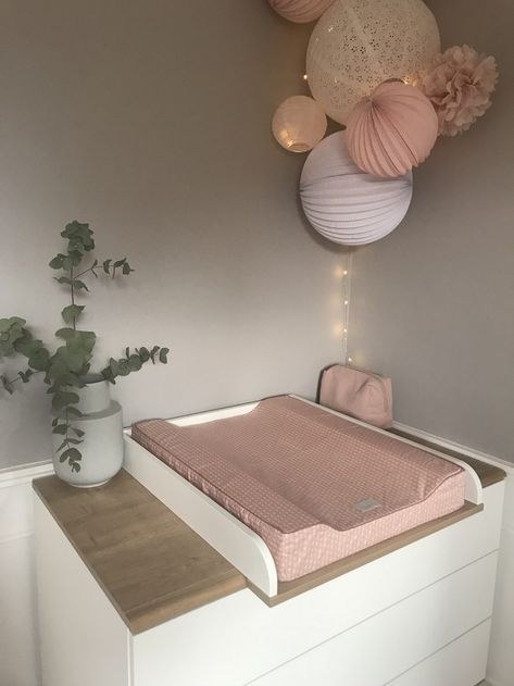 Chambre Rose Pastel Et Blanche Avec Un Kit De Lampions Pour Fille