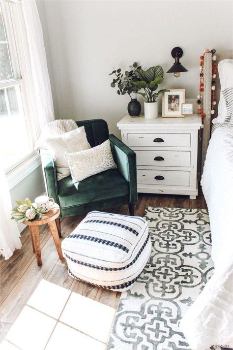 Pouf Design, Home Decor Bedroom, Modern Bedroom, Contemporary Bedroom, Bedroom Rugs, Green Bedroom Decor, Green And White Bedroom, 1920s Bedroom, Bedroom Armchair
