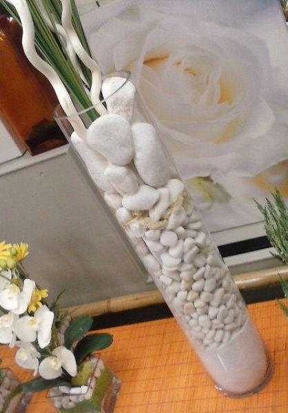 Como Hacer Centros De Mesa De Cristal Piedras Y Flores Centros De Mesa De Cristal Jarrón De Cristal Arreglos Florales Sencillos