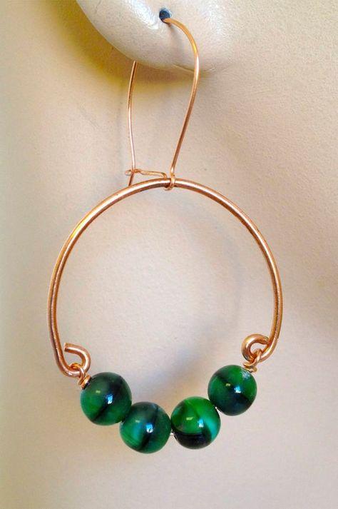 Copper hoops green glass earrings on Silver hooks - Perlen Schmuck Tiny Stud Earrings, Glass Earrings, Copper Earrings, Glass Beads, Diy Schmuck, Schmuck Design, Copper Jewelry, Beaded Jewelry, Wire Jewellery