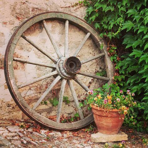 Guten Morgen ihr alle! Einen schönen Wochenteiler euch ☺️ #mittwoch #moin #moinmoin #goodmorning #wagenrad #gartenliebe #gardening #garten #gardentime #gardenlife #gartengestaltung #gartenideen #dekoration #dekoideen #deko #alteschätze #vergangenezeit #vergangenheit #ausaltmachneu #blumen #blumendeko #blumen_welt #blumen_welt #stiefmütterchen #stief
