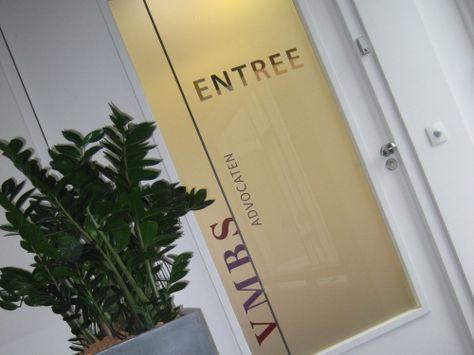 Folie met bedrijfsnaam/loge op deuren die de functie van de achterliggende ruimte aangeeft.