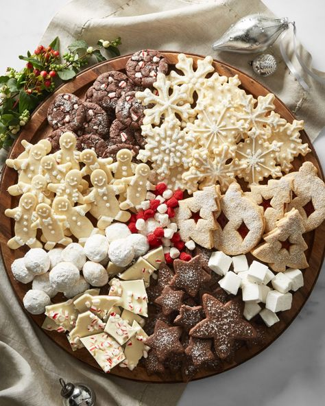 How to Build a Holiday Cookie Board - Christmas Cookies - Holiday Recipes Christmas Snacks, Christmas Goodies, Christmas Holidays, Christmas Candy, Christmas Cookie Boxes, Thanksgiving Snacks, Candy Christmas Decorations, Elegant Christmas, Winter Holiday