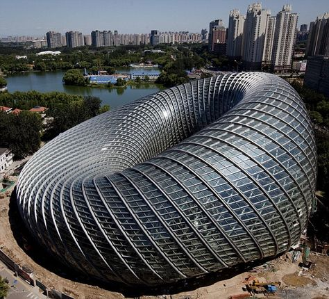Beijing's new Phoenix International Media Centre. Täällä on käyty. Ei mikään ihan helppo toteutettava. Saas nähdä miten kestää ajan hammasta. Kiinalaiset ei nimittäin ymmärrä ottaa huomioon rakennuksen huollettavuutta ja kunnossapitoa. Saattavat esimerkiksi liimata lamppujen polttimot kiinni kantaansa, että pysyy..