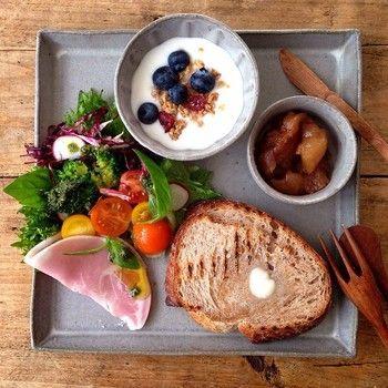 """小皿を組み合わせた朝ごはんプレート。四角いプレートは、優しい表情で人気の""""たくまポタリー""""のものだそうです。"""