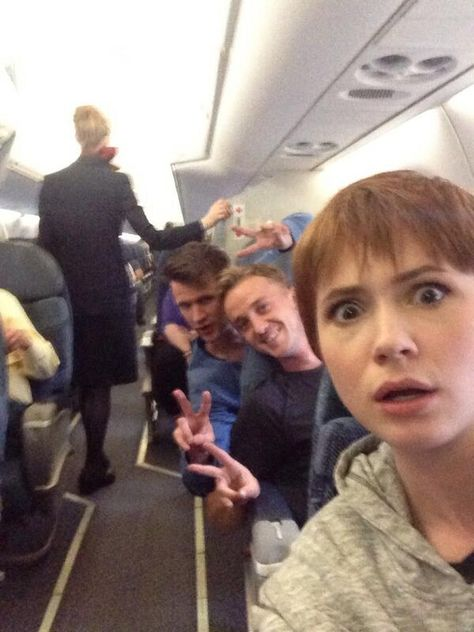 19 Times You Fell More In Love With Karen Gillan - Doctor Who – Harry Potter – Draco, Amy Pond, and the Doctor on a plane haha - Karen Gillan, 11th Doctor, Tom Felton, Dr Who, Martin Freeman, Serie Doctor, Desenhos Harry Potter, Planes Party, Jennifer Lawrence