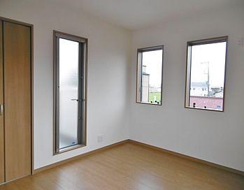 バルコニードアを設けた2階居室は 3面に窓があるので明るく風通しも