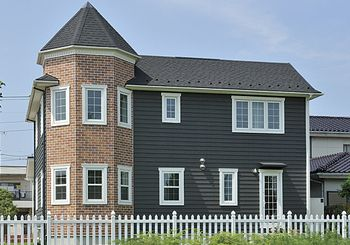 レンガを貼った塔屋がオシャレ この家は眺める角度で違った表情を