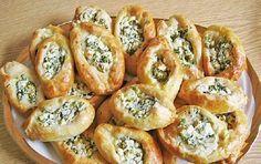 Leckere Schafskäse Brötchen, schmecken warm gut zu frischem Salat