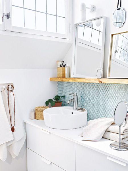 Hübsche Idee fürs Badezimmer: Spiegel auf dem Regal platzieren! MEHR IDEEN >>