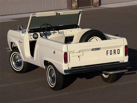 Classic Car News Pics And Videos From Around The World Classic Bronco, Classic Trucks, Classic Cars, Pretty Cars, Cute Cars, Vintage Trucks, Old Trucks, Lifted Trucks, Motos Retro