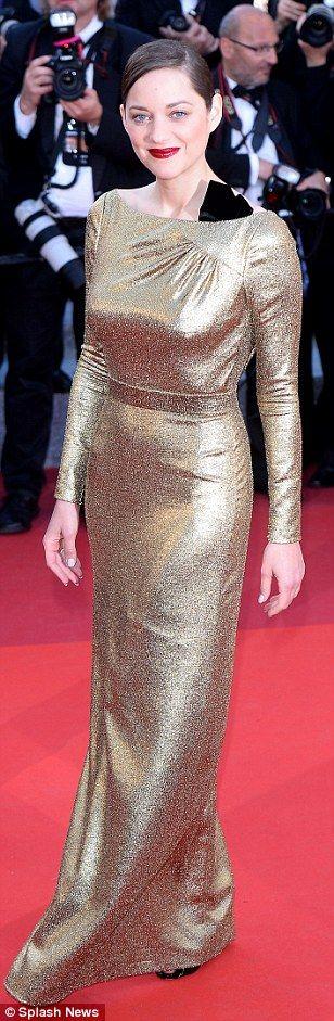 Smeulende Kendall Jenner knippert haar ongelooflijk pert derrière in show-stoppen pure jurk terwijl ze stormen op de rode loper bij sterren bezaaide Cannes screening | Daily Mail Online