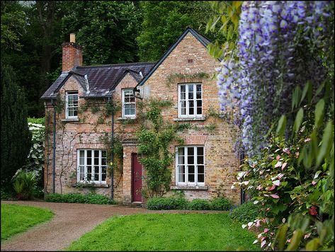 Shabby Cottage Archives - Home Style Corner Style Cottage, Cute Cottage, Romantic Cottage, Shabby Cottage, Cottage Homes, Cottage Nursery, Cottage Curtains, Brick Cottage, Cottage Porch