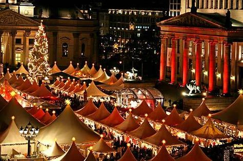 The Christmas Market at the Piazza Navona, Rome.  To be in Italy during Christmas is definitely one of my dreams... it WILL happen.