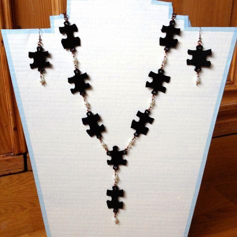 Rebekka's craft room: Jigsaw puzzle necklace / Collier en pièces de puzzle