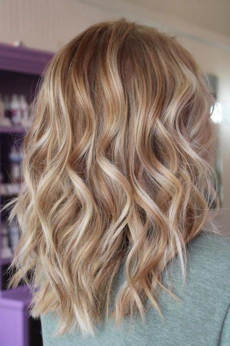 Lange Haare Mit Langen Blonden Strahnchen Eine Frau Mit Einer Trendigen Frisur Strahnchen Selber Machen Cream Blonde Hair Blonde Hair Color Warm Blonde Hair