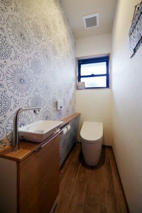 施工事例 トイレ ダイナミックなモノトーンの花柄クロスでおしゃれなトイレ トイレ 壁紙 トイレ おしゃれ トイレ 壁紙 おしゃれ