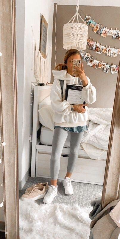 Bedruckter Schal // Skinny Jeans // Weiße Sneakers // Lederjacke // Led … - Meine Welt