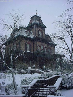 this is archetype of spooky house - clever of Mr Disney. I have done my own design and sketch, see nearby. Old Abandoned Houses, Abandoned Buildings, Abandoned Places, Old Houses, Abandoned Castles, Manor Houses, Spooky House, Creepy Houses, Beautiful Buildings