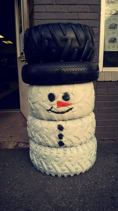Do you happen to have a heap of old tires in your yard? Here's one creative upcycling idea you can do instead of just piling them in one corner! Christmas Yard, Christmas Projects, Winter Christmas, Snowman Crafts, Holiday Crafts, Tire Craft, Tyres Recycle, Reuse Recycle, Recycled Tires