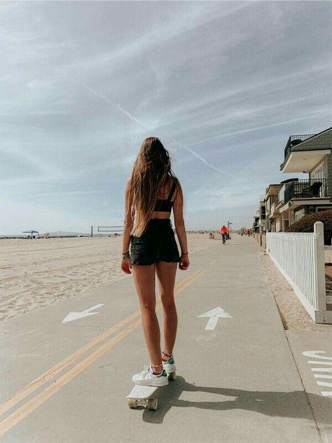 Skateboard Photos, Skateboard Girl, Penny Skateboard, Beach Aesthetic, Summer Aesthetic, Surfergirl Style, Style Surfer, Poses Photo, Skater Girl Outfits