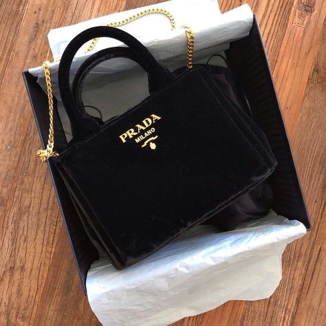 Find tips and tricks, amazing ideas for Prada handbags. Discover and try out new things about Prada handbags site Popular Handbags, Cute Handbags, Cheap Handbags, Prada Handbags, Purses And Handbags, Leather Handbags, Ladies Handbags, Unique Handbags, Pink Handbags