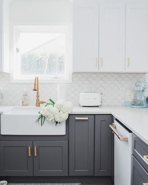 Lets Appreciate Some Gorgeous Homes This Morning This Kitchen Is Giving Me All The Happy Spring Feels This Mo In 2020 Kitchen Design White Appliances White Interior
