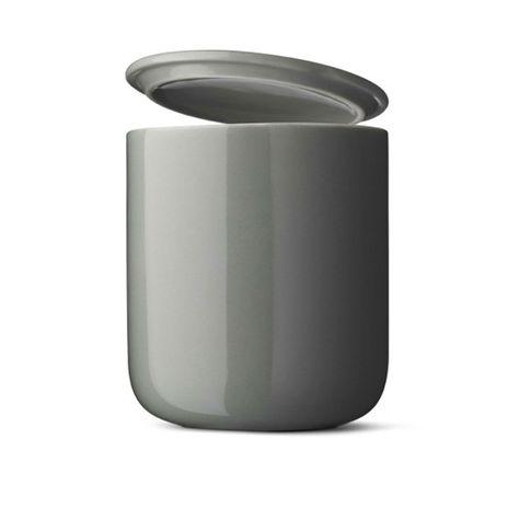 Articolo: MENU4532420_Parent skuLe tazze termiche di Menu sono ideali per zuppe calde, granite ghiacciate e apparecchiature spettacolari. Sono realizzate appositamente per il ristorante Höst, nel centro di Copenhagen, che Menu utilizza per testare i suoi prodotti. La forma semplice e sensuale e i colori discreti e naturali di queste tazze si aggiungono a una caratteristica unica: una doppia parete isolante che mantiene le bevande bollenti e, allo stesso tempo, ti evita di scottarti le mani…