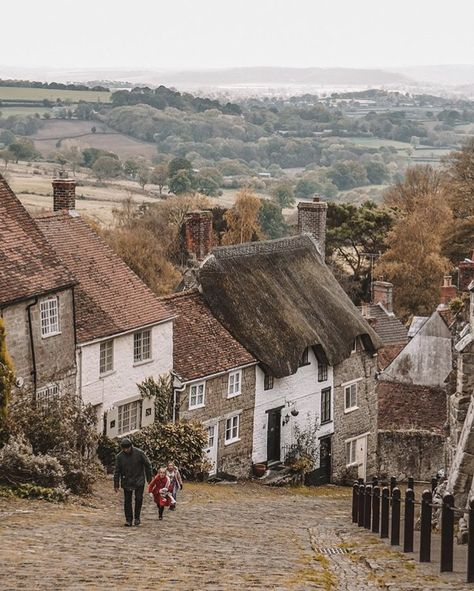 Shaftesbury, England English country village of Shaftesbury England Countryside, British Countryside, Countryside Village, Countryside Landscape, The Places Youll Go, Places To See, English Village, Voyage Europe, Stonehenge
