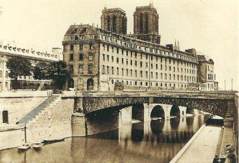 Photo de l'Hôtel Dieu prise par Charles Marville vers 1860-1865, avant sa reconstruction de l'autre côté de Notre Dame en 1868.
