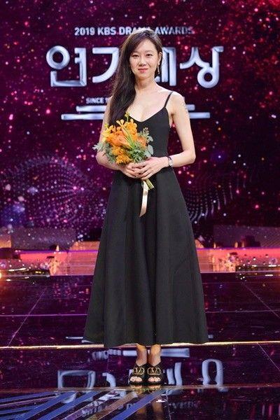2019 Kbs Drama Awards Dramabeans Korean Drama Recaps 2020 コンヒョジン カン ハヌル 椿 花