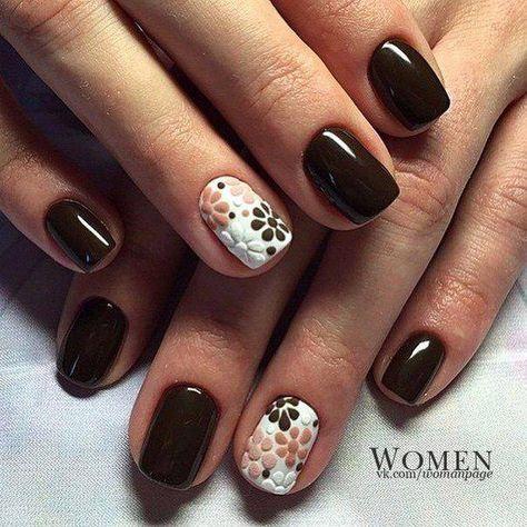 Темно-коричневый цвет шоколадного оттенка выглядит очень строго и сдержано, но цветы на белом фоне безымянного пальца смягчают и разбавляют такой дизайн. Э