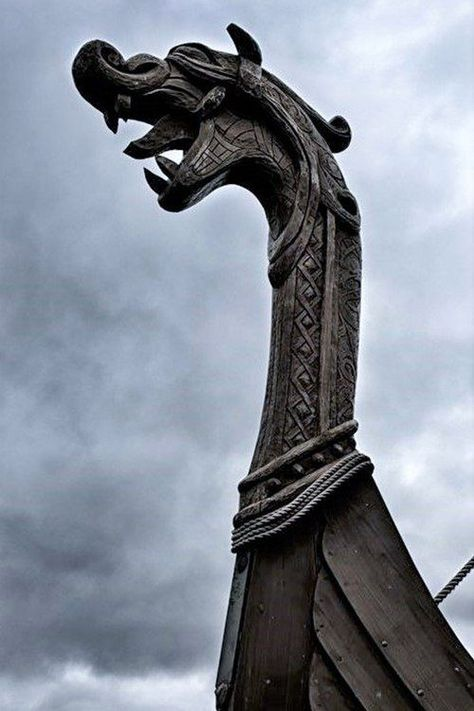 Norse and Danish ships had a beast head at the front when they went to viking. This is a beautiful example Vikings Art, Norse Vikings, Viking Life, Viking Warrior, Viking Woman, Viking Aesthetic, Viking Longboat, Viking Longship, Ship Figurehead