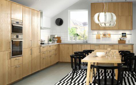 Cucina in rovere con elettrodomestici in acciaio inossidabile, sedie ...