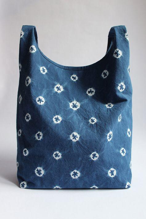 REJELL GEPUNKTETE SHIBORI TASCHE Feine pflanzengefärbte Tasche. Funkelndes indigoblau-weiß gepunktetes Muster.