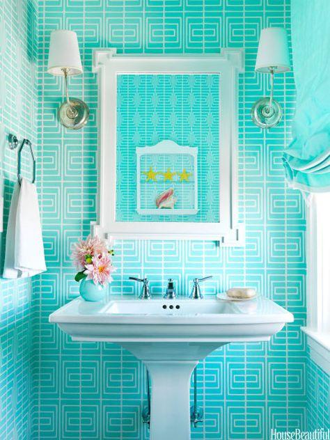 Kleine badkamers hebben een heel groot voordeel: je hoeft minder aan materialen als verf te spenderen. Dit betekend meer experimenteren!