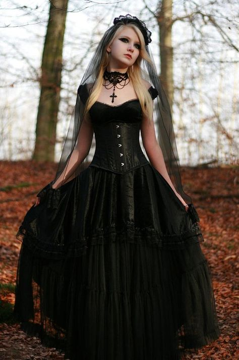 14 vintage corset wedding dress, a black veil with a lace edge and a statement necklace for a vintage-inspired bride - Weddingomania
