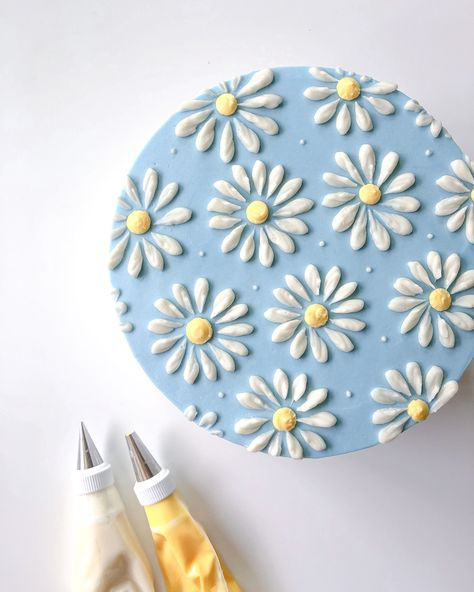 A cute daisy pattered buttercream cake made wirh tips 6 and cake cheesecake cake cupcakes cake decoration cake fancy dessert cake Pretty Birthday Cakes, Pretty Cakes, Cute Cakes, Beautiful Cakes, Diy Birthday Cake, Birthday Cake Decorating, Sweet Cakes, Yummy Cakes, Amazing Cakes