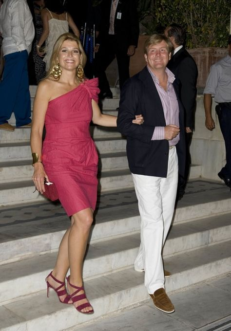 Love to see Maxima in her fuchsia dress and shoes. They both look very relaxted. Cool make-up and silverish accessories would suit her better, actually.