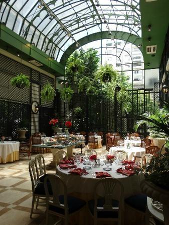 El Alvear Palace Hotel está en Buenos Aires, Argentina. Se puede descansar y comer mientras mira a las plantas.