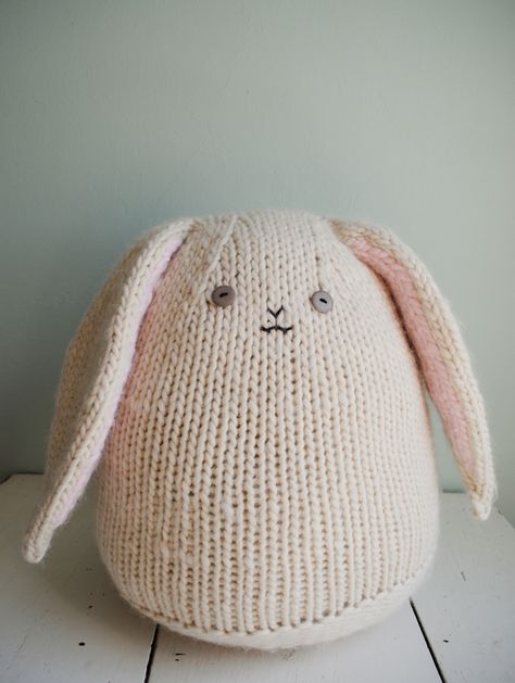 A big and huggable bunny to knit. For the next Easter or simply to make your child happy. Free pattern.