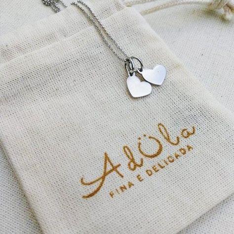 Colar Amor O colar Amor é uma peça delicada composta por um correntinha fina com dois pingentes de corações. É uma semijoia encantadora e romântica, ideal para presentear/adülar quem você ama!