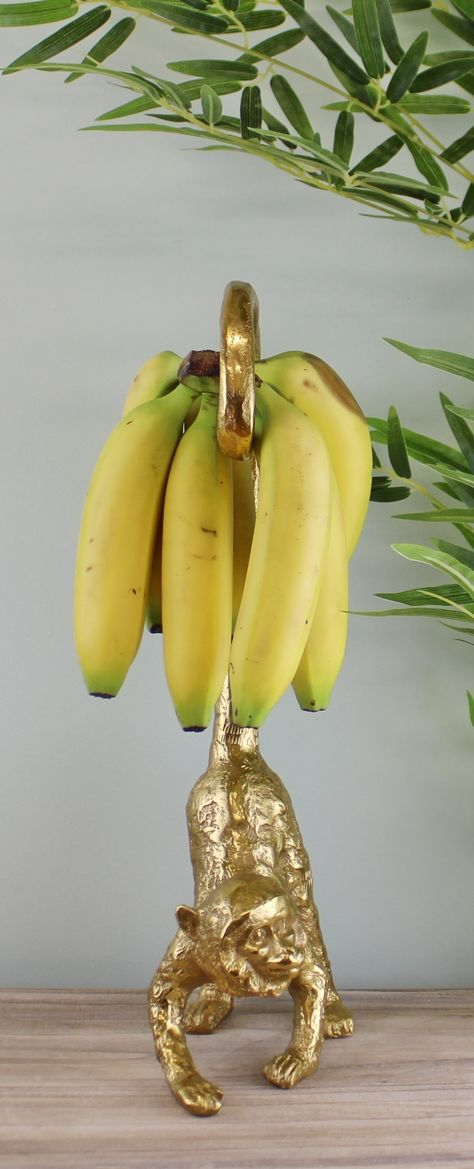 Store your bananas in style on this gold monkey whose tail will safely hold a bunch of bananas to save them from bruising. Made of 100% Aluminium. Measurements: 9 x 42.5 x 15cm