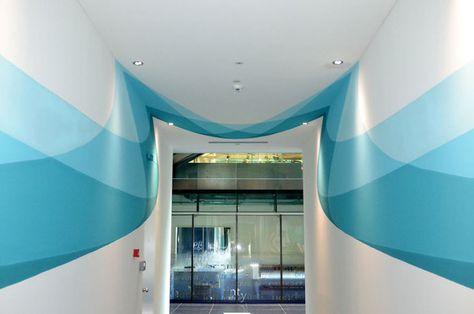 Rysunek na ścianach tego korytarza zmienia się z każdym krokiem, który robisz
