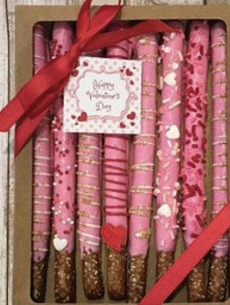 Hot chocolate in the West Indies - Clean Eating Snacks Valentines Baking, Valentine Chocolate, Valentines Day Desserts, Chocolate Hearts, Valentine Cookies, Valentines Diy, Hot Chocolate, Dipped Pretzel Rods, Chocolate Covered Pretzel Rods
