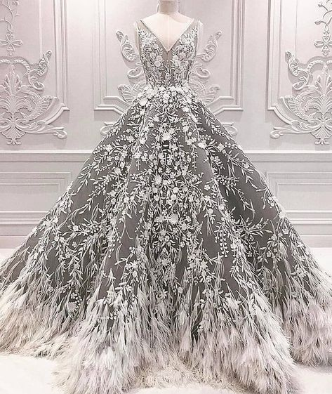 We always fall for Michael Cinco's designs. 👰🏼 We always fall for Michael Cinco's designs. Going Out Dresses, Pretty Dresses, Amazing Dresses, Holiday Party Dresses, Dress Party, Christmas Wedding Dresses, Holiday Parties, Fantasy Dress, Ball Gowns Fantasy